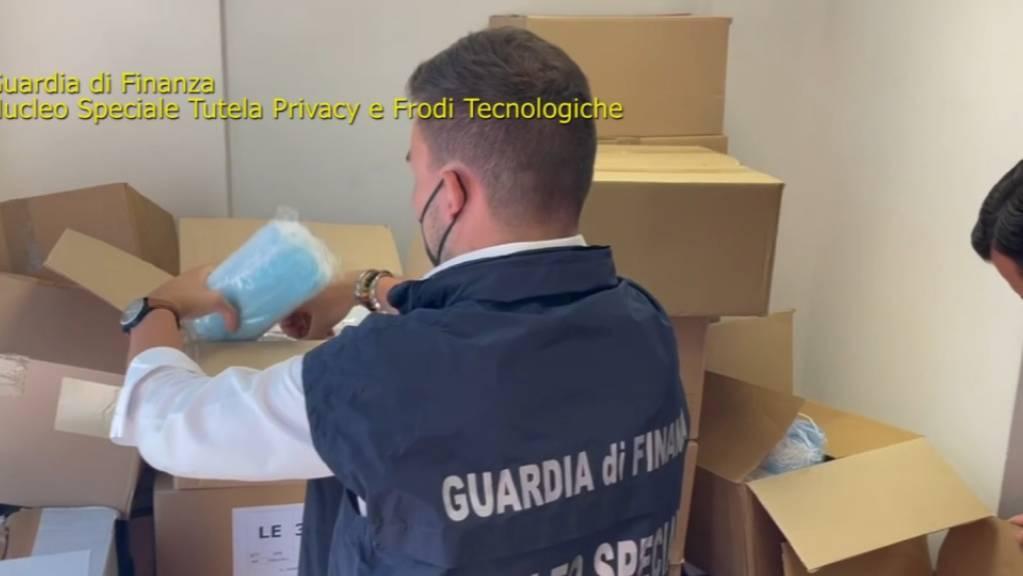 Italienische Ermittler durchsuchen Pakete mit unter anderem Gesichtsmasken.