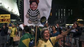 Proteste in São Paulo gegen Brasiliens Präsidentin Dilma Rousseff. Der Streit um ihre Amtsenthebung hat eine neue Wendung erfahren: Der Übergangspräsident des Abgeordnetenhauses gibt seinen Widerstand gegen das Verfahren zur Entmachtung der Staatschefin auf.