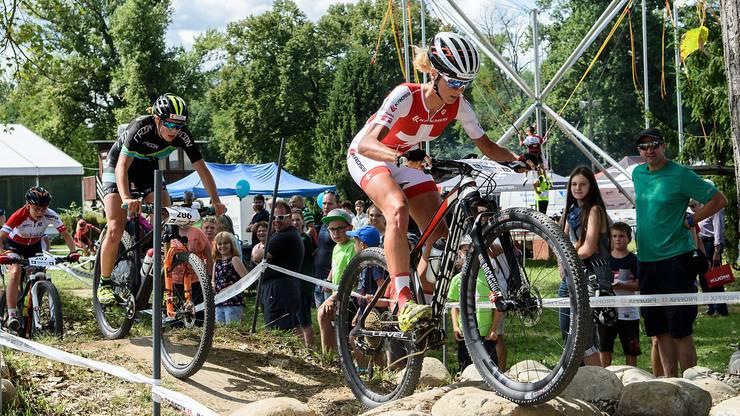 Mountainbike-Gesamtweltcupsiegerin Neff (vorne) unterliegt beim Comeback Nachwuchs-Europameisterin
