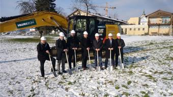 Mitglieder des Verwaltungsrates, der Gemeinde und der Baukommission beim Spatenstich zum Seniorenzentrum «Casa Hubpünt» in Seengen.