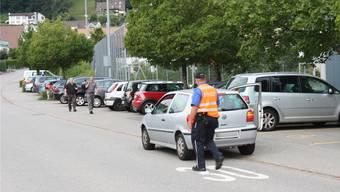 Die Regionalpolizei, hier in Wettingen, macht Eltern im ganzen Bezirk regelmässig auf die Gefahren des Parkierens vor Schulhäusern aufmerksam.