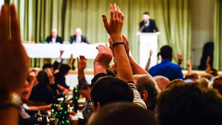 Sollen Online-Abstimmungen das Gemeinschaftserlebnis eines Parolen-Parteitags ersetzen? Im Bild die Ecopop-Parolenfassung der SVP im Oktober in Eiken.Jiri Reiner
