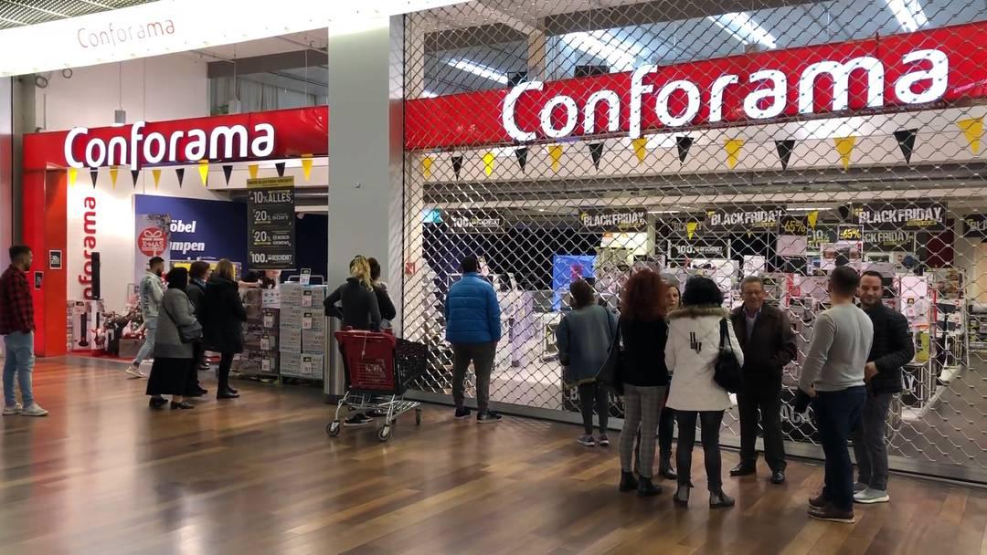 Black Friday: Im Shoppi Tivoli lauerten die Schnäppchenjäger vor den Laden-Gittern