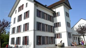 Die Dorfschule Jonen ist zu klein. Nun gibt es mehr Platz.