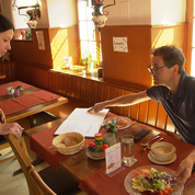 Bumann testet das Essen.
