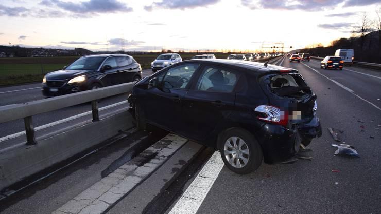 Das Auto wurde durch den Aufprall in die Leitplanke geschoben.