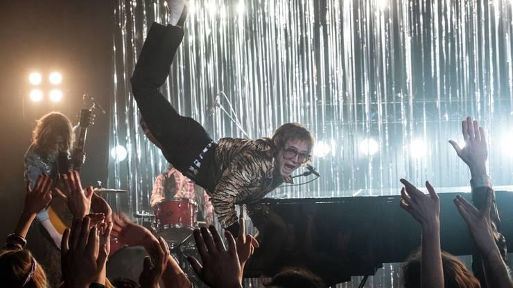 Der Film «Rocket Man» von Dexter Fletcher ist nicht nur die Geschichte des Popgenies Elton John, es ist auch die Geschichte des ungeliebten Reginald Dwight, der, von Selbsthass geplagt, in den Alkohol- und Drogensumpf gerät. Und es ist die Geschichte eines Menschen auf der Suche nach Liebe und dem eigenen Ich. Dabei dienen die autobiografisch gefärbten Songs als perfekter Soundtrack für das Leben des Popstars. Der titelgebende Song «Rocket Man» etwa erzählt von einem Astronauten, dem vor lauter Einsamkeit die Sicherungen durchbrennen. Und «Goodbye Yellow Brick Road» markiert jene Zäsur, als der Popstar Abschied von der Glitzerwelt nimmt. Der Film mag da und dort etwas zu musicalhaft ausgefallen sein, Musicals waren aber auch stets ein Teil von Elton John. Herausragend ist die Leistung von Elton-Darsteller Taron Egerton als Sänger und Schauspieler. Regisseur Fletcher hat schon entscheidend zum Erfolg des Oscar-preigekrönten Films «Bohemian Rhapsody» über Freddie Mercury beigetragen. In «Rocket Man» setzt er noch eins drauf und stellt «Bohemian Rhapsody» locker in den Schatten. (sk) Rocket Man von Dexter Fletcher (USA 2019) mit Taron Egerton. In den Kinos ab 30. Mai.Rocketman Music From The Motion Picture (Universal).