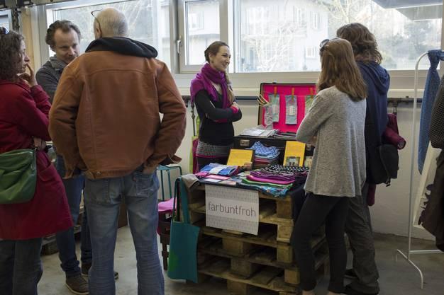 Nicht nur die Waren sind kreative Produkte - Palleten und Kartonschachteln wurden am Frühlingsmarkt kurzerhand zu Verkaufsständen