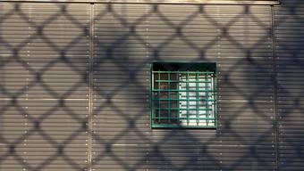 Ein Gefängnisausbruch soll in der Schweiz auch künftig nicht als separater Straftatbestand gelten. Dieser Meinung ist der Nationalrat. (Symbolbild)