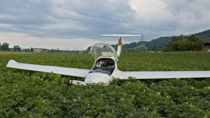 Das Flugzeug kurz nach der Notlandung im Kartoffelacker.