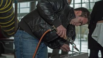 Roberto Gottardo von der Spenglerei Pauli lötet die Kassette mit Zinn zu, die im Boden des Schulhauses Feld zu liegen kommt.