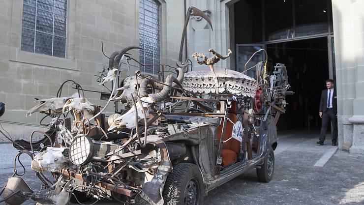 """Höhepunkt des """"Grand Prix Tinguely"""" vom Samstag in Freiburg war die fahrende Skulptur """"Le Safari de la Mort Moscovite"""", die den Zug anführte."""