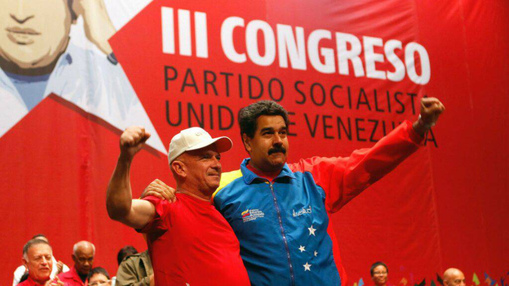 Da war die Welt für den ehemaligen venezolanischen Geheimdienstchef, Hugo Carvajal (links), noch in Ordnung. Cavajal jubelt 2014 zusammen mit Venezuelas Staatspräsident Nicolas Maduro, an einem Parteikongress. Jetzt ist Carvajal in Spanien festgenommen worden. (Archivbild)