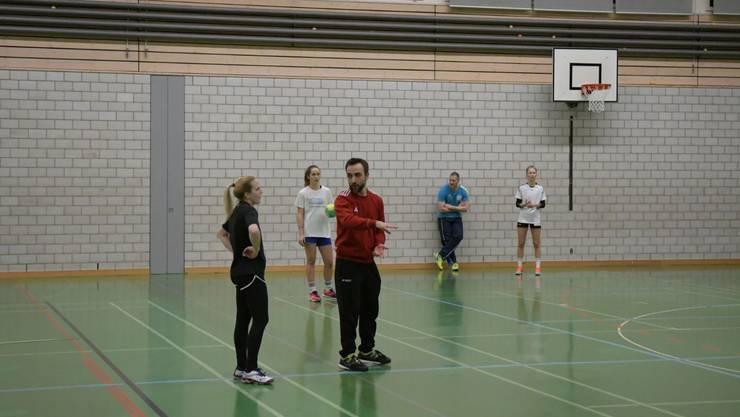 Muzzafer Dogru erklärt Kim Wysshaar einen neuen Spielzug, den die Spielerinnen während des Trainings einüben.