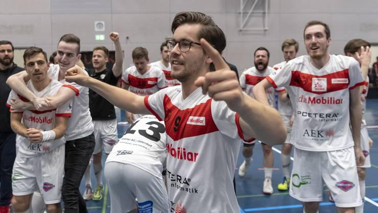 Der jubelnde Thuner Luca Feiner nach dem gewonnenen siebten Spiel der Auf-/ Abstiegs-Playoffs zwischen Unihockey Basel Regio und dem UHC Thun in der Sandgruben-Halle in Basel, am Sonntag, 14. April 2019. (KEYSTONE/Georgios Kefalas)