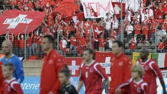 Die Schweizer Fans feiern ihre Mannschaft.