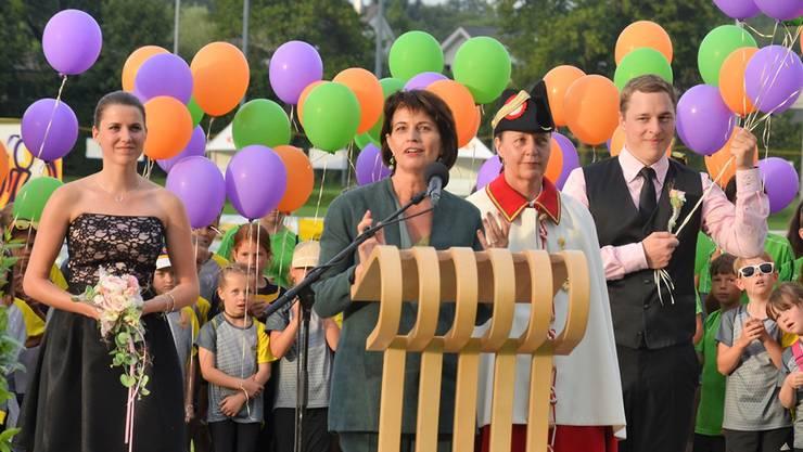 Bundespräsidentin Doris Leuthard wurde bei ihrer Ansprache begleitet von 180 Kindern mit Ballonen, die sie anschliessend als Zeichen der Festeröffnung in den Himmel steigen liessen. Eddy Schambron