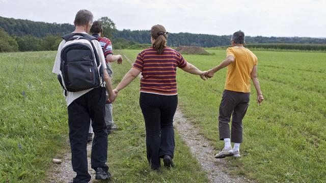 Behinderte mit Betreuerin beim Spazieren: Die Präventionscharta hat spürbar sensibilisiert (Symbolbild)