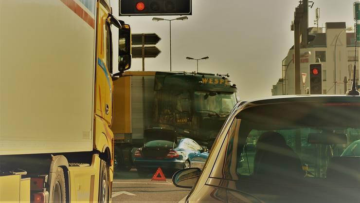 Hier passierte der Unfall zwischen Auto und Lastwagen. Wer von Urdorf herkommend auf der Bernstrasse Richtung Dietikon und Schlieren fahren wollte, kam wegen den stehenden Unfallfahrzeugen nicht mehr weiter. Man musste auf die Autobahn ausweichen.