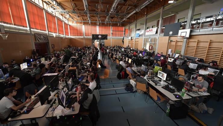 Über 200 Gamer spielen gegeneinander verschiedene Spiele.