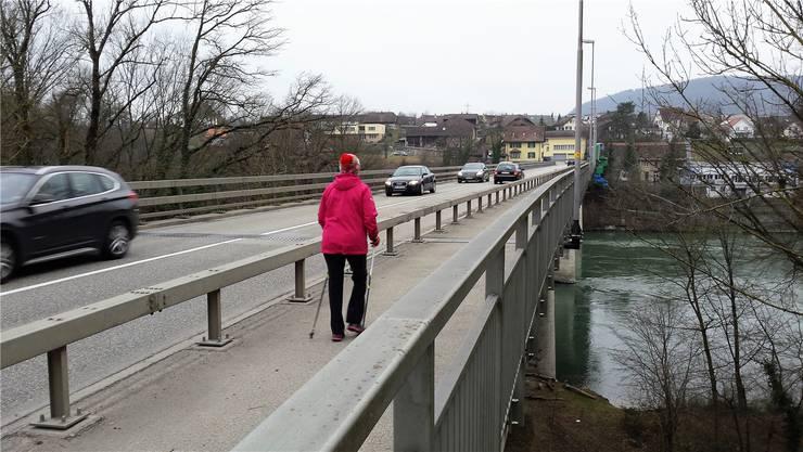 Die Aarebrücke bei Stilli hat Baujahr 1969, die Beschichtung der Stahlkonstruktion hat die Lebensdauer erreicht. Für die Sanierung muss ein Hängegerüst montiert werden. mhu