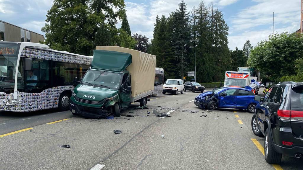Kollision mit drei Fahrzeugen fordert zwei Verletzte