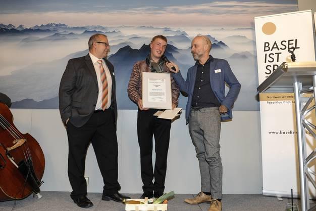Den Förderpreis erhält Schiesssportler Adrian Schaub (mitte ) ,Laudator Rico Freiermuth und Gregor Dill.