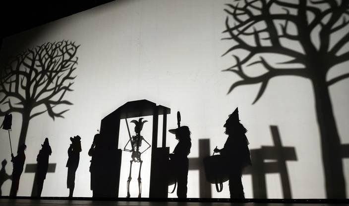 Gespenstisch: Die Schattenbilder zum Totentanz der Pfluderi.