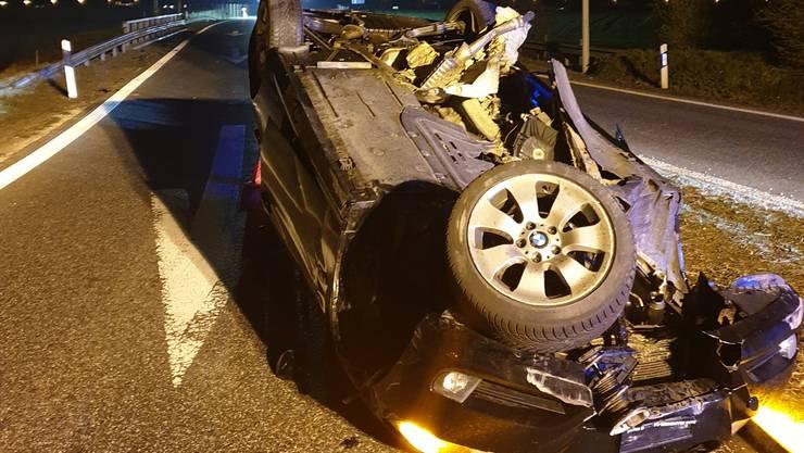 Völlig demoliert kam der BMW auf dem Dach liegend zum Stillstand.