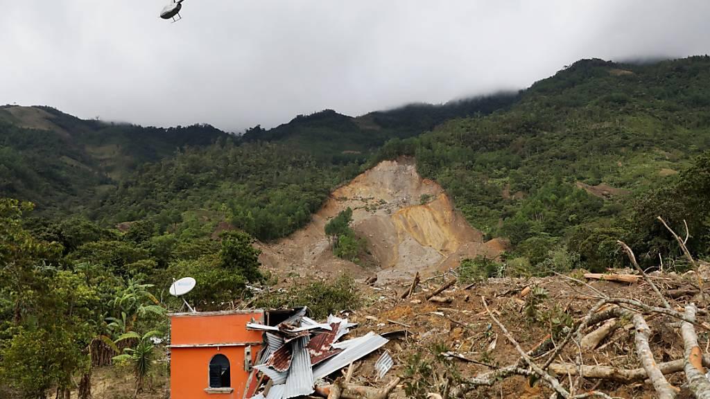 Ein Hubschrauber über dem durch einen Erdrutsch zerstörten Dorf Queja in Guatemala. Foto: Esteban Biba/EFE POOL/AP/dpa