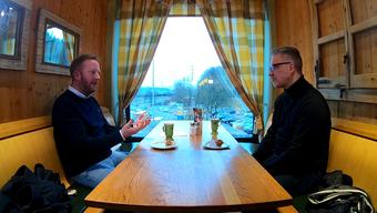 Fredrik Söderström und Per Hanberg in der Autobahnraststätte Würenlos