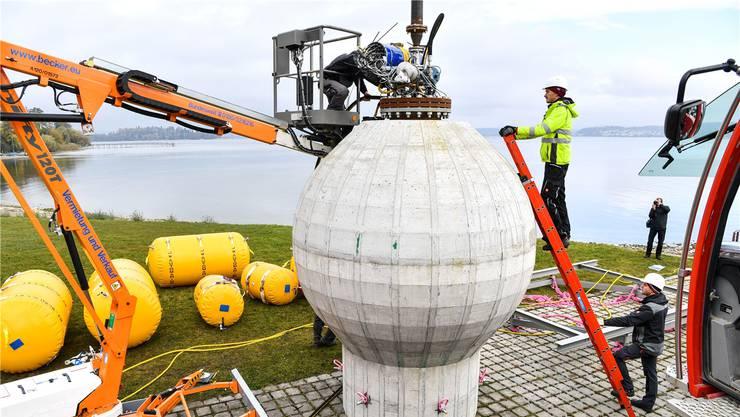 Werden hohle Betonkugeln im Wasser versenkt, wie hier testweise in Konstanz, können Sie ähnlich wie ein Stausee Energie speichern.