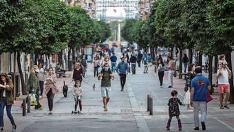 Am Sonntag durften Spaniens Kinder (in Begleitung eines Erwachsenen) erstmals für eine Stunde raus – wie hier in Sevilla.