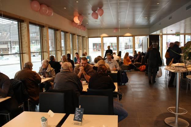 Im Caféanteil der Bäckerei plaudern die Gäste und trinken Kaffee