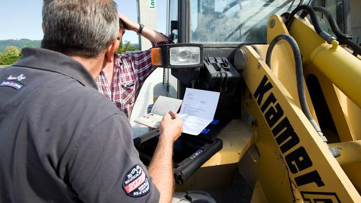 Auf der Baustelle in Eiken kontrolliert B. die Ausweise der gemeldeten Arbeiter aus der EU