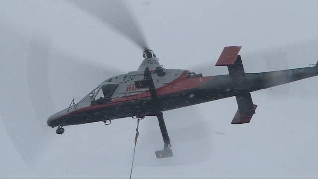 Spektakulär: Mit dem Helikopter Bäume fällen