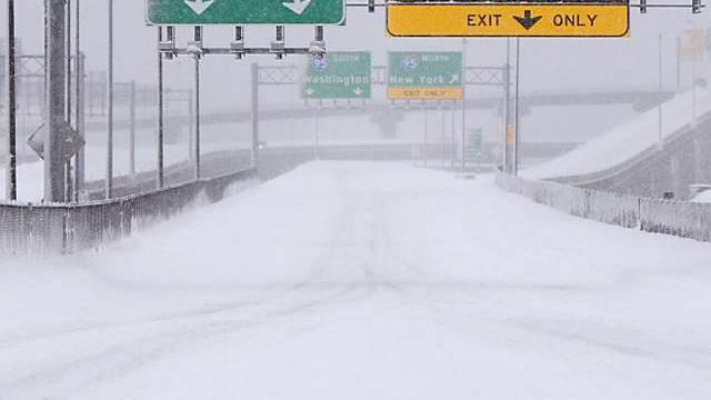 Die heftigen Schneefälle haben den Verkehr lahmgelegt