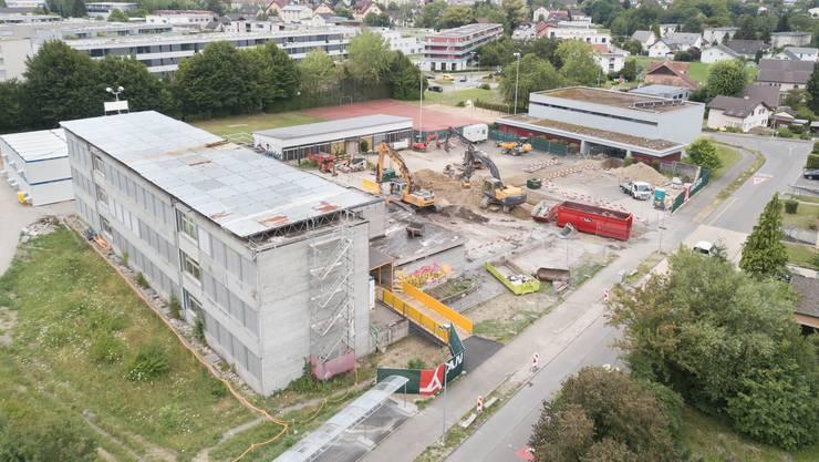Wie ein Plattenbau in Osteuropa: Das Risiacher-Schulhaus (links) nach Entfernung der Vegetation und den ersten Abbrucharbeiten.