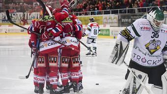 Die Rapperswiler bejubeln im ersten Playoff-Finalspiel der Swiss League das 2:0 gegen Oltens Torhüter Matthias Mischler
