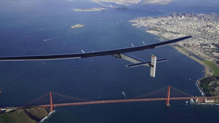 """""""Solar Impulse 2"""" beim Überflug der Golden Gate Bridge im kalifornischen San Francisco: Nach zweieinhalbtägiger Reise landete das Flugzeug am Samstagabend in Mountain View im Silicon Valley."""