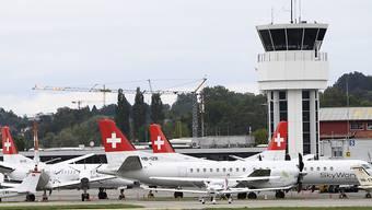 Die gegroundeten Flugzeuge der SkyWork Airlines am Donnerstagmorgen in Bern-Belp.