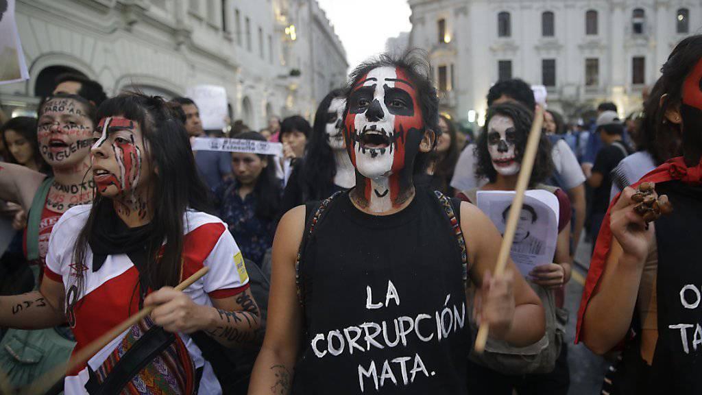 Demonstranten am Donnerstag in der peruanischen Hauptstadt Lima: Sie kritisieren die Begnadigung des ehemaligen Staatschefs Alberto Fujimori, der wegen Korruption und Menschenrechtsverletzungen im Gefängnis sass.