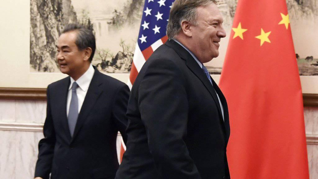 Die Interessen gehen immer weiter auseinander: China, vertreten durch Aussenminister Wang (links) und die USA, vertreten durch deren Aussenminister Pompeo am Montag in Peking