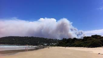 Entlang der Great Ocean Road im australischen Bundesstaat Victoria steigt Rauch auf. Buschbrände haben mehrere Häuser zerstört und die Bewohner mehrerer Orte in die Flucht getrieben.