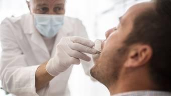 Für den Schnelltest braucht es ebenfalls einen Nasen-Rachen-Abstrich. Dafür braucht es geschultes Personal.
