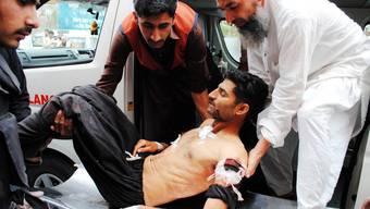 Ein Verwundeter wird in ein Spital in Peshawar transportiert