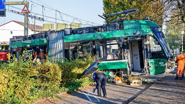 In Muttenz kam es zu einem Doppelunfall. Zuerst zwischen einem Roller und einem Auto, danach kollidierte ein Lastwagen mit einem Tram. Dabei gab es 37 Verletzte.