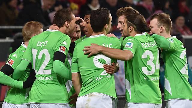 Die Wolfsburger liegen sich nach dem 2:0 zur Pause in den Armen.