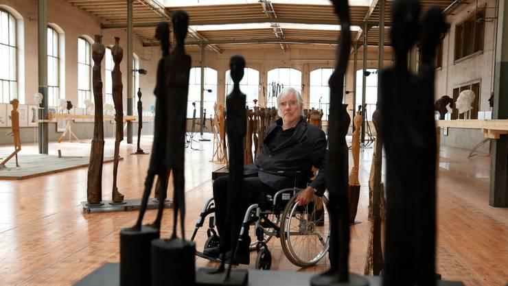 Schang Hutter inmitten seiner Figuren, ausgestellt an der Retrospektive im alten Tramdepot Bern