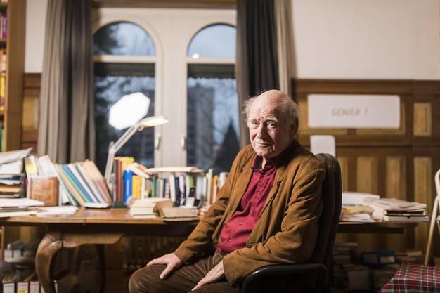 Franz Hohler, Schriftsteller, Kabarettist und Liedermacher, portraitiert in seinem Arbeitszimmer in Zürich Oerlikon, am 4. Januar 2018.